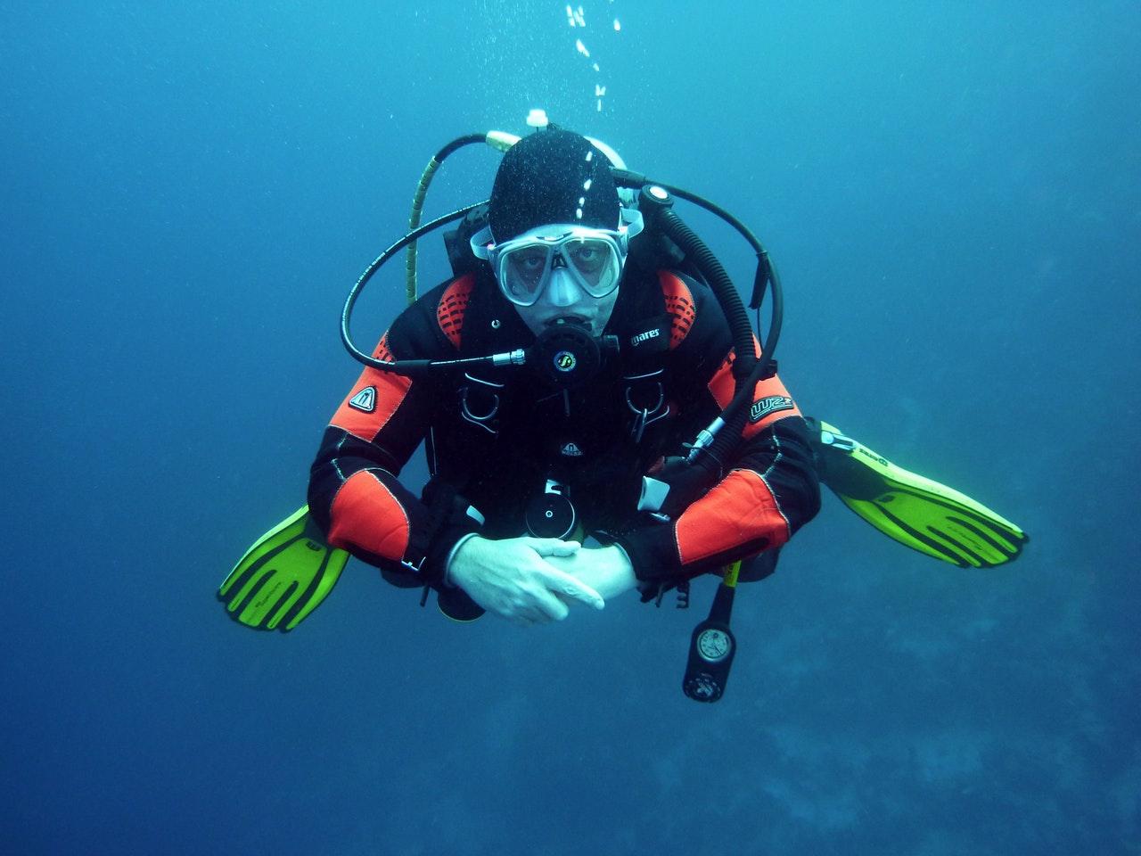 divers-scuba-divers-diving-underwater-37530